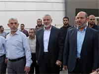 יחיא אל-סינוואר, מנהיג חמאס בעזה, עם בכירי חמאס, בגבול רצועת עזה / צילום: רויטרס