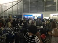 נוסעים ליד דלפק Ryanair היום / צילום: מיכל רז חיימוביץ