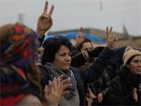 נשים כורדיות מפגינות בגבול סוריה-טורקיה בשבוע שעבר / צילום: Rodi Said, רויטרס