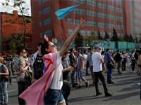 מפגינה מפריחה מטוס נייר במחאה במוסקה אתבול נגד חסימת טלגרם / צילום: רויטרס