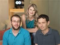 """בתמונה מימין לשמאל: אמיר זילברשטיין, מנכ""""ל קלארוטי ומייסד שותף, גלינה אנטובה, מייסדת שותפה וסמנכ״ל פ"""