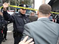 שוטרים מפנים את מרכז טיים וורנר / צילום: רויטרס
