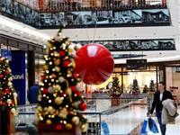 קונים לקראת חג המולד בקניון בברלין / צילום: Fabrizio Bensch, רויטרס