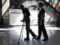 מכשור חברת Rewalk / צילום: מייק סנגר, רויטרס