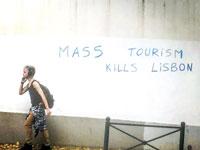 כתובת גרפיטי נגד תיירים בליסבון, פורטוגל/ ילום מתוך האינסטגרם: לי־אור אברבך