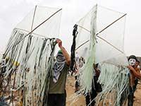 מכינים את עפיפון התבערה בעזה / צילום: רויטרס- Ibraheem Abu Mustafa