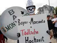 הפגנה בבון נגד רכישת מונסנטו בידי באייר / צילום: רויטרס Wolfgang Rattay