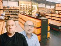 ג'אי שוובל והראל ויזל על רקע חנות של נייקי / צילומים: איל יצהר ונייקי