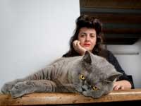 נטע דרור והחתולה קיקה / צילום: איל יצהר