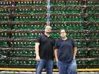 פייר לוק קימפר ומתיו ואשון, מייסדי ביטפארמס, באחת מחוות הכרייה של החברה בקוויבק/  צילום:Bitfarms