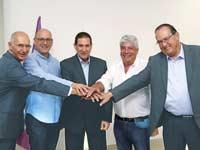 ראשי סלקום, אנלימיטד וחברת החשמל במעמד החתימה על העסקה / צילום: סיון פרג