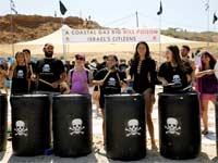 מפגינים בשרון נגד הקמת אסדה קרובה לחוף / צילום: Amir Cohen ,: רויטרס