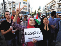 מפגינים בעזה נגד מדיניות העיצומים של אבו מאזן / צילום: רויטרס - Mohamad Torokman