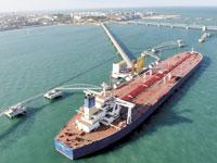 מכלית נפט פורקת סחורה בסין/ צילום: רויטרס