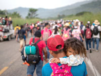 """פליטים מהונדורס עושים את דרכם אל גבול ארה""""ב./ צילום: רויטרס Adrees Latif"""