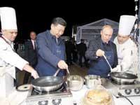הנשיאים פוטין ושי מכינים פנקייקים / צילום: רויטרס