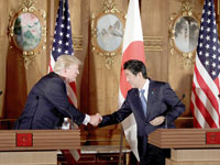 הנשיא טראמפ וראש ממשלת יפן אבה / צילום: רויטרס