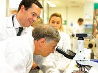 ביל גייטס במכון מחקר של מחלות טרופיות / צילום: רויטרס