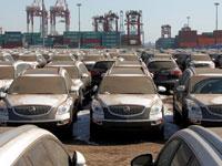 רכבי ביואיק של ג'נרל מוטורס ממתינים להפצה בנמל בסין. / צילום: David Gray