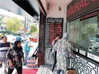 עמדת החלפת כספים באיסטנבול. / Osman Orsal , צילום: רויטרס