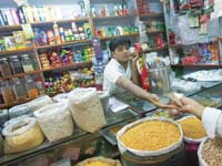 חנות קטנה במומביי/ צילום : רויטרס, Vivek Prakash