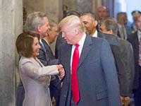 טראמפ לוחץ את ידה של ננסי פלוסי/ צילום: רויטרס J. Scott Applewhite