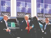 """טראמפ מגיע לכינוס של ראשי נאט""""ו / צילום: רויטרס Kevin Lamarque"""