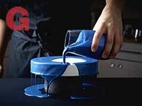 קינוחי רושם יפהפיים. למעלה: עוגת מוס שמנת עם שכבת פטל חבויה, מצופה בגלאסאז' כחול  / צילומים: מתן כץ