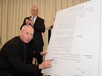 השר גלנט חותם על התקנות החדשות של התאחדות קבלני השיפוצים / צילום: up studio