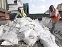 עובדים בנמל מומבסה קניה/ צילום: רויטרס / Joseph Okanga :