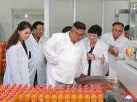 קים ג'ונג און ואשתו  בביקור במפעל לייצור מזון ומשקאות. / צילום: רויטרס KCNA KCNA
