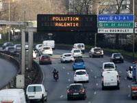 שלט זיהום אויר בפריז / צילום: רויטר