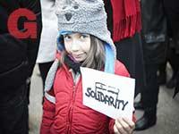משתתפת צעירה בהפגנה נגד אנטישמיות בוורשה, לפני כחודש / צילום: Gettyimages ישראל