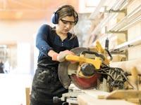 אישה בעבודה / צילום:  Shutterstock/ א.ס.א.פ קרייטיב