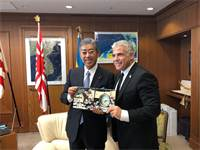 """ח""""כ יאיר לפיד ושר הבטחון של יפן, טקשי אוויאה / צילום: תמונה פרטית"""
