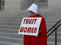 """מפגינה נגד חוקי הפלות בארה""""ב / צילום: Elijah Nouvelage, רויטרס"""