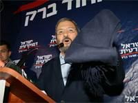 אהוד ברק מציג את הצעיף שכיסה את פניו כשיצא מדירת אפשטיין / צילום: אמיר מאירי