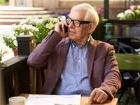 אדם מקשיב לתא קולי בסלולר / צילום: Shutterstock