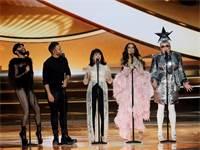 גלי עטרי ונבחרת הזמרים בגמר האירוויזיון / צילום: REUTERS/Ronen Zvulun