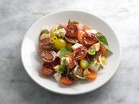 סלט עגבניות עם עם גבינת  הטולום וחלמון ביצה  והעשבים של רושפלד / צילום: איל יצהר