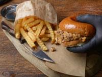 המבורגר  וצ'יפס / צילום: איל יצהר