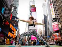 יוגה בטיימס סקוויר בניו יורק / צילום: רויטרס BRENDAN-MCDERMID