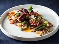 זרוע תמנון ותבשיל שעועית לבנה  במסעדת לגו ומלבר / צילום: אפיק גבאי