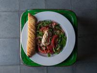 סלט קפרזה עם צנוניות בצל סגול ופוקצ'ה  / צילום: נועם פריסמן