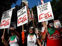 מפגינים בבואנוס איירס נושאים שלטים נגד הנשיא מקרי וקרן המטבע / צילום: רויטרס CARLOS GARCIA RAWLINS