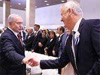 בני גנץ לוחץ את היד לבנימין נתניהו בהשבעת הכנסת ה-22 / צילום: אלי מנדלבאום, דוברות הכנסת