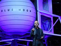 """מייסד ומנכ""""ל אמזון ג'ף בזוס מציג את תוכנית החלל של החברה / צילום: CLODAGH KILCOYNE, רויטרס"""