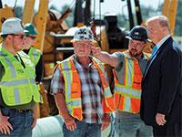 הנשיא טראמפ בביקור באזור בנייה בטקסס  / צילום: רויטרס