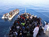משמר החופים הלובי וסירת מהגרים / צילום: HANI AMARA, רויטרס