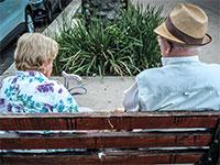 זוג קשישים יושב על ספסל ציבורי / צילום: שלומי יוסף